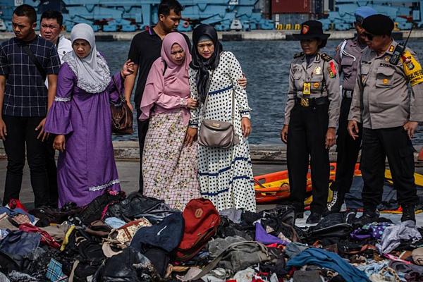 Gia đình của các nạn nhân trong chuyến bay JT 610 của Lion Air tìm kiếm vật dụng cá nhân của người thân thiệt mạng.
