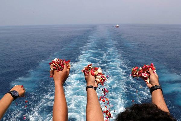 Thân nhân của nạn nhân ném hoa từ boong tàu hải quân Indonesia vào tháng 11/2018. Ảnh: Reuters
