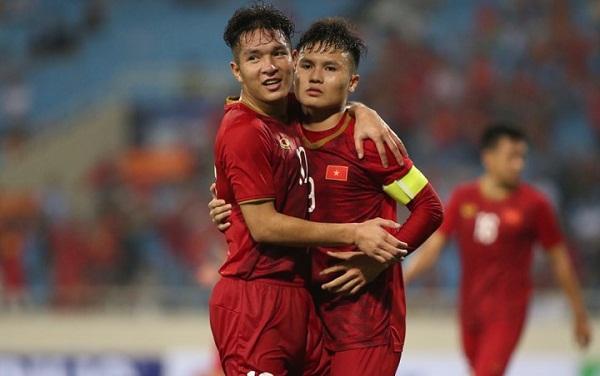 Quang Hải chia vui cùng Thái Quý sau khi ghi bàn. Đây cùng là bàn thắng chốt tỷ số 6-0 cho ĐT U23 Việt Nam.Ảnh: Lâm Thỏa.