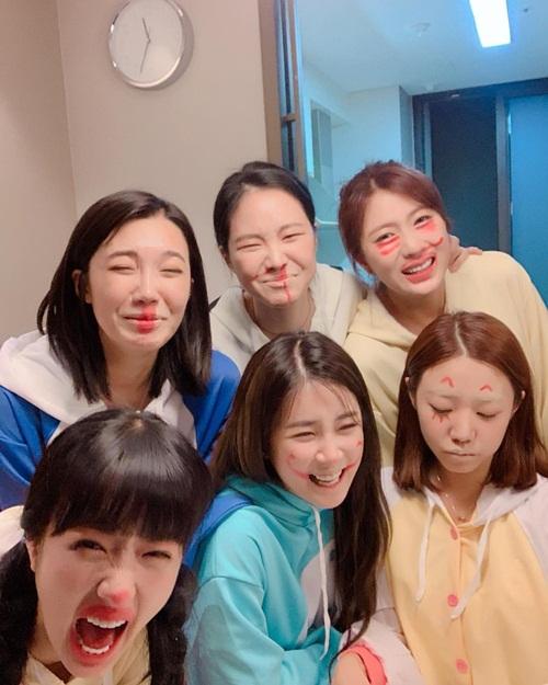 Cả nhóm Apink đang có kỳ nghỉ ở đảo Jeju. Các cô nàng mặc đồ ngủ cute, chơi trò họa mặt hài hước chọc cười fan.
