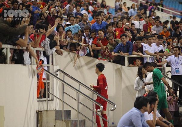 Người hâm mộ trên khán đài đáp lại tình cảm với cầu thủ U23. Trong ảnh, Đình Trọng được fan reo hò tên không ngớt.Đây là lần trở lại đầu tiên của Đình Trọng sau chấn thương phải đi phẫu thuật ở Hàn Quốc.Trước đó, trong ngày đầu tiên ra quân, Thái Lan đã giành chiến thắng 4-0 trước Indonesia. Việt Nam sẽ còn 2 trận đấu gặp Indonesia (24/3) và Thái Lan (26/3).