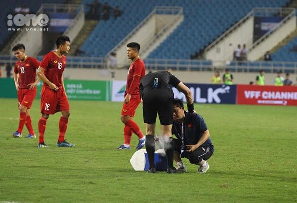 Trọng tài chính trận Việt Nam - Brunei gặp chấn thương phải cầu cứu bác sĩ - 2
