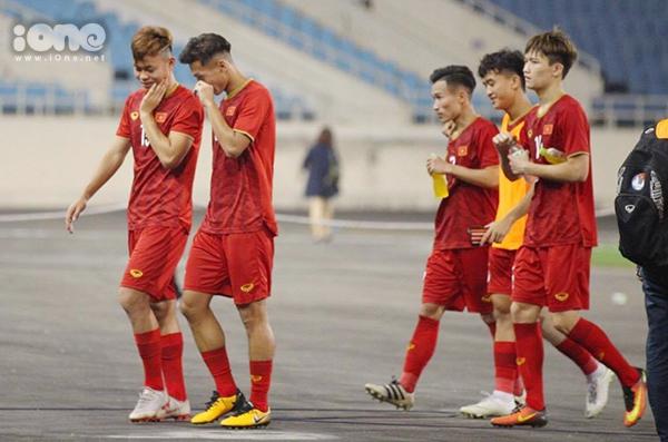 Các tuyển thủ tiến về phía khán đài để cảm ơn người hâm mộ. Nụ cười nở trên môi họ sau chiến thắng đậm đà trước đội bóng được đánh giá yếu kém hơn về mọi mặt.