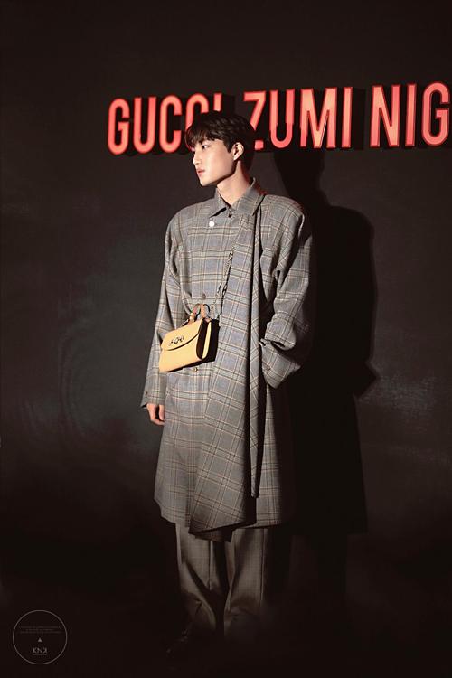 Nam thần nhà SM diện set đồ toàn hàng hiệu, trong đó điểm nhấn là chiếc túi nữ thuộc bộ sưu tập Zumi của Gucci có giá 2.200 USD.