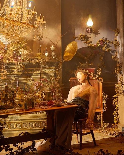 Tae Yeon như nàng công chúa trong lâu đài bị phù phép.