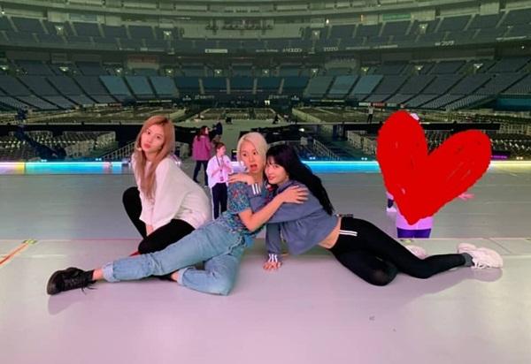 Sana, Chae Young và Momo tranh thủ giờ nghỉ để bày trò diễn sâu.