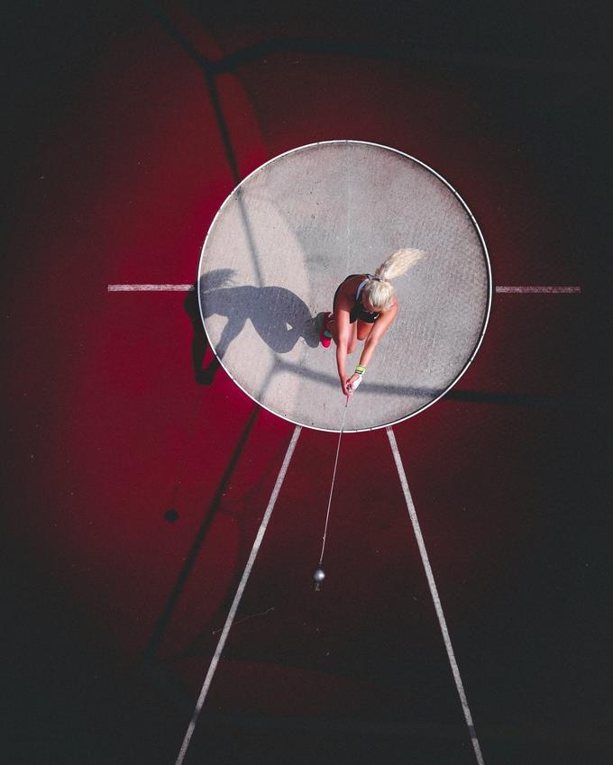 """<p> Giải Ba: """"Throwing It To The Moon"""" (Cú đánh lên cung trăng), tác giả Taavi Purtsak.</p>"""