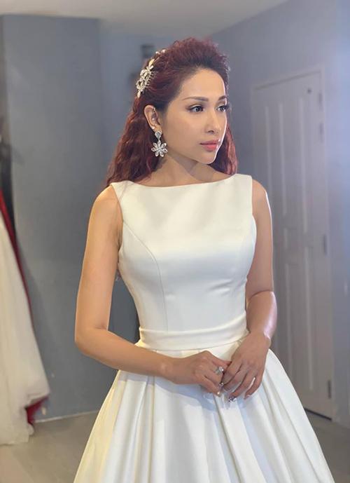 Khả Như diện đồ như cô dâu nhưng tiếc là thiếu vắng chú rể.