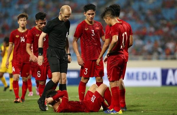 Quang Hải nằm sân sau pha phạm lỗi của cầu thủ Brunei. Ảnh: Lâm Thỏa.