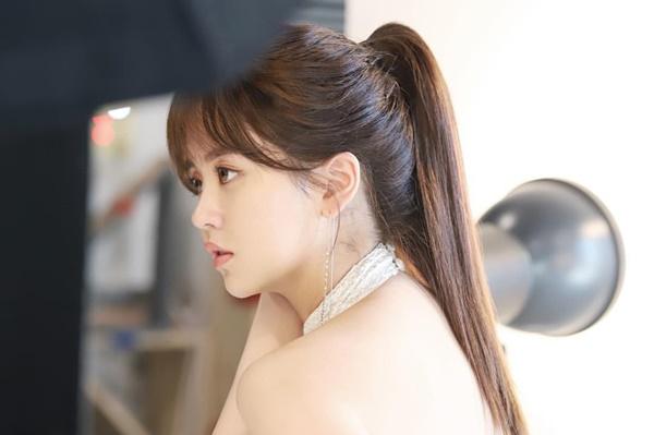 Kim So Hyun khoe vai trần quyến rũ, khí chất kiêu sa.