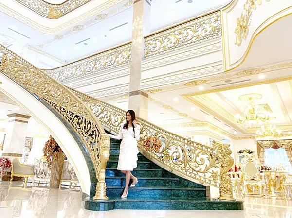 Cầu thang được chạm trổ tinh xảo. Ngoài các phòng chính phục vụ cho việc sinh hoạt, căn biệt thự nhà Lan Khuê còn có nhiều phòng chuyên dụng cho việc giải trí như phòng chiếu phim, karaoke.