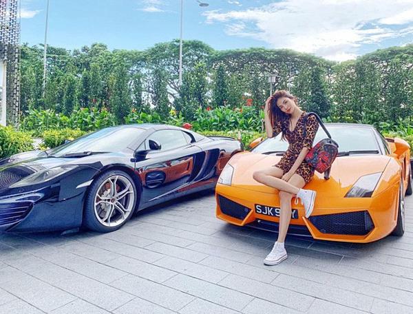 Làm dâu nhà giàu, Lan Khuê làm quen với nhiều thú vui thưởng thức cao cấp. Cô cùng chồng du lịch tới nhiều địa điểm sang chảnh trên thế giới. Trong hình, người đẹp tạo dáng bên dàn siêu xe tại Singapore.