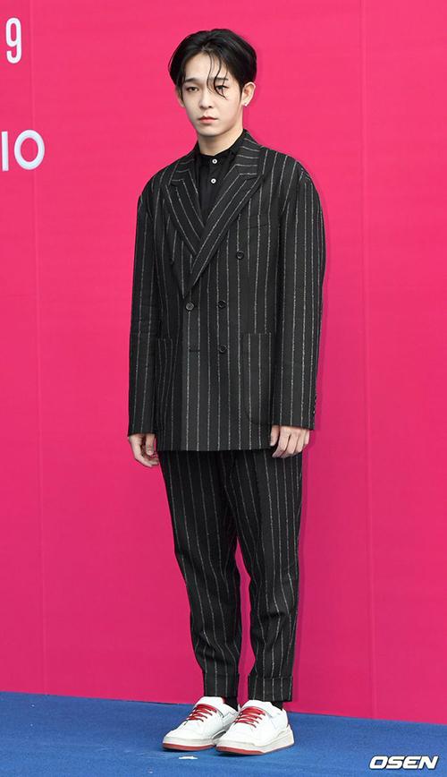 Trang phục của Nam Tae Hyun khiến anh lộ đôi chân một mẩu, tỉ lệ cơ thể không đẹp.