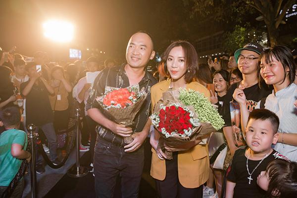Vợ chồng Thu Trang - Tiến Luật chật vật ngay khi xuất hiện. Họ nhận được nhiều tiếng reo hò và phải vật lộn bước qua sự chen lấn của nhiều người để lên sân khấu giao lưu.