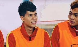 Đình Trọng vui vẻ ngồi ghế dự bị trong trận gặp U23 Indonesia