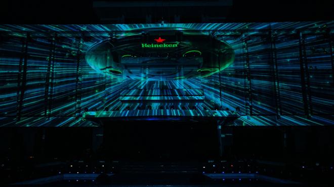Vừa qua, sự kiện ra mắt Heineken Silver đã khuấy động Sài thành. Mở đầu chương trình, giữa màn đêm huyền bí, biểu tượng con tàu vũ trụ mang tên Heineken hạ xuống sân khấu trong sự háo hức của hàng nghìn khán giả.