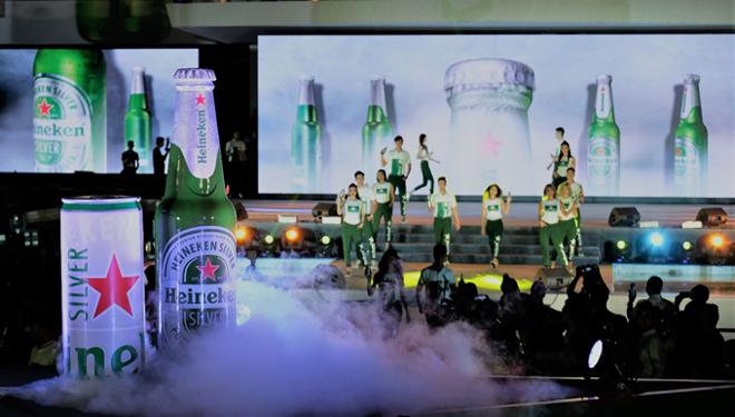 Bên cạnh hương vị nhẹ êm mà đậm chất, Heineken Silver ra mắt với sản phẩm lon cao và chai thủy tinh nổi bật trên nền ánh bạc thời thượng cùng sắc xanh, ngôi sao đỏ biểu tượng và nhãn giấy bạc đảm bảo vẹn nguyên chất lượng bia thượng hạng của Heineken.