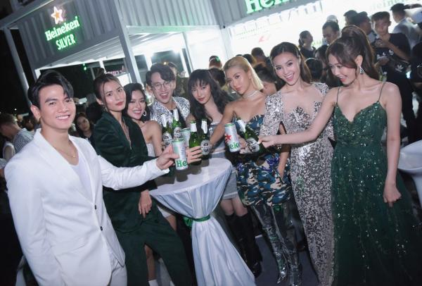Tại đây, Heineken Silver với vị nhẹ êm, dễ uống và thiết kế thời thượng đã chính thức lộ diện, sẵn sàng làm hài lòng giới trẻ Việt năng động.