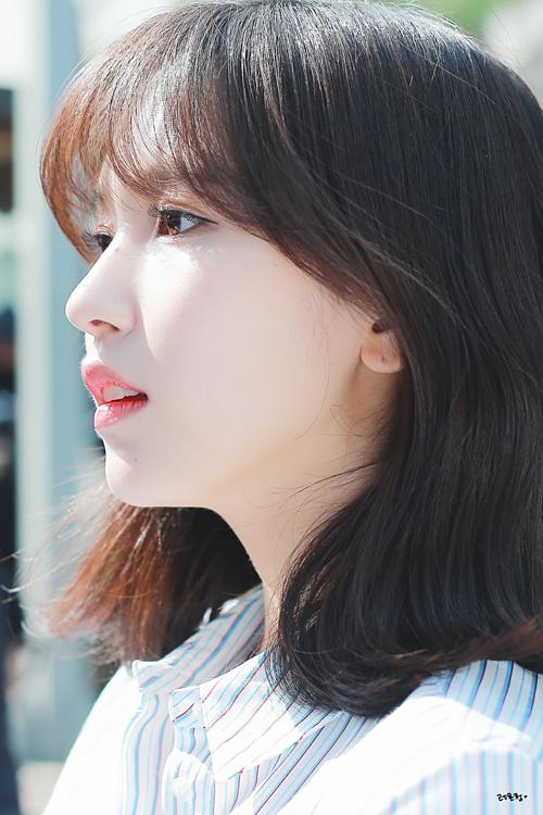 Các đường nét trên khuôn mặt Mina không quá kiều diễm sắc sảo nhưng lại toát lên vẻ nền nã dịu dàng.