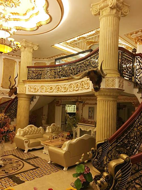Phòng khách nhà Lý Nhã Kỳ được thiết kế theo tông màu vàng sang trọng. Cầu thang và nhiều vật dụng trong nhà được chủ nhân dát vàng.