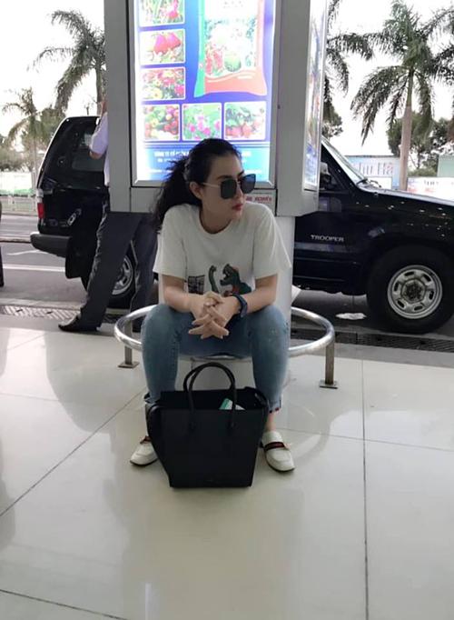 Thanh Hương vạ vật tại sân bay Pleiku sau khi hoàn tất chuyến công tác.