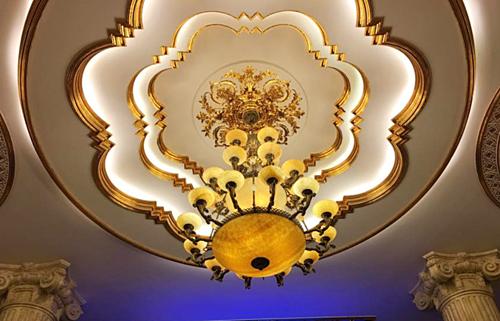 Lý Nhã Kỳ chăm chút cho từng chi tiết trong nhà như đèn, trần nhà.