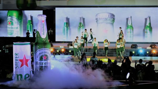 Lần đầu tiên trên đỉnh tòa nhà Landmark 81 tỏa sáng hình ảnh ngôi sao đỏ biểu tượng và sắc xanh đặc trưng của Heineken. Hoạt động này cùng sự kiện ra mắt sản phẩm mới Heineken Silver được tổ chức tại toà nhà Dinh Độc Lập với màn trình diễn ánh sáng bằng công nghệ ấn tượng đã thu hút sự chú ý của đông đảo người dân Sài Gòn cuối tuần qua.