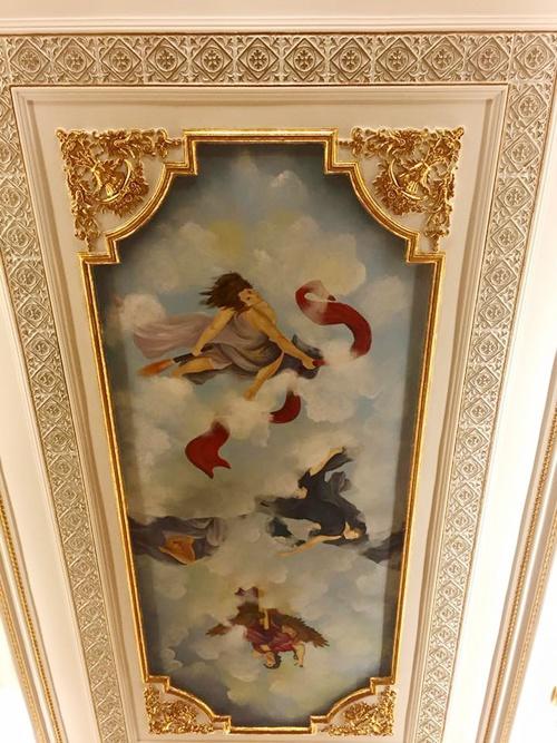 Hoa văn cầu kỳ trên trần nhà một căn phòng khách.