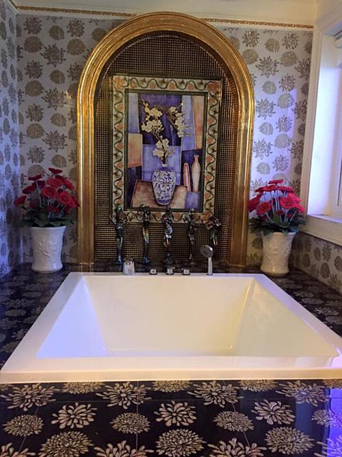 Phòng tắm được ốp đá hoa cương chẳng thua kém khách sạn năm sao.