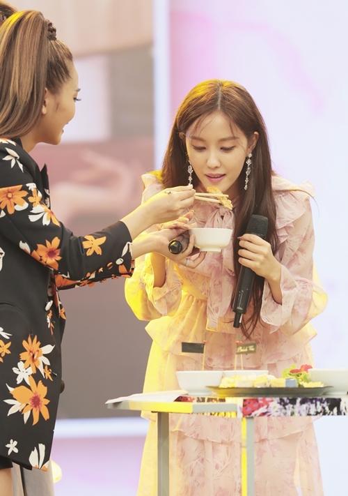 Hyomin thưởng thức một số món ăn mà chương trình chuẩn bị.