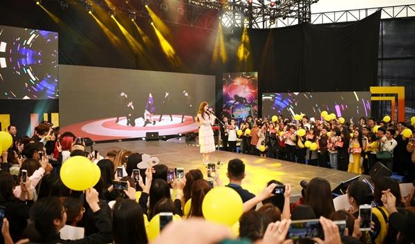 Khi thấy nhóm nhảy cover Allure - bài hát mới phát hành của nữ ca sĩ, Hyomin đã bất ngờ ra sân khấu biểu diễn mà không có sự chuẩn bị từ trước.