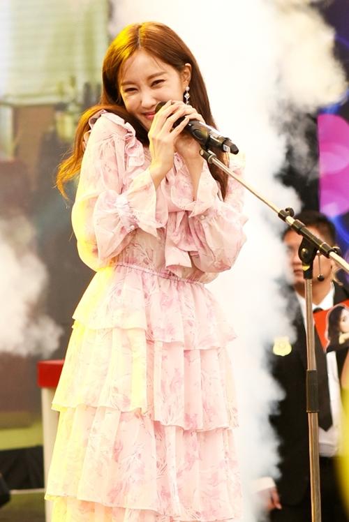 Hyomin là nghệ sĩ nước ngoài đầu tiên tham gia chương trình Bữa trưa vui vẻ. Cô chia sẻ cảm giác hồi hộp khi lên sóng truyền hình tại Việt Nam. Trước đó, cô nghiêm túc tham gia tổng duyệt và giao lưu cùng fan.