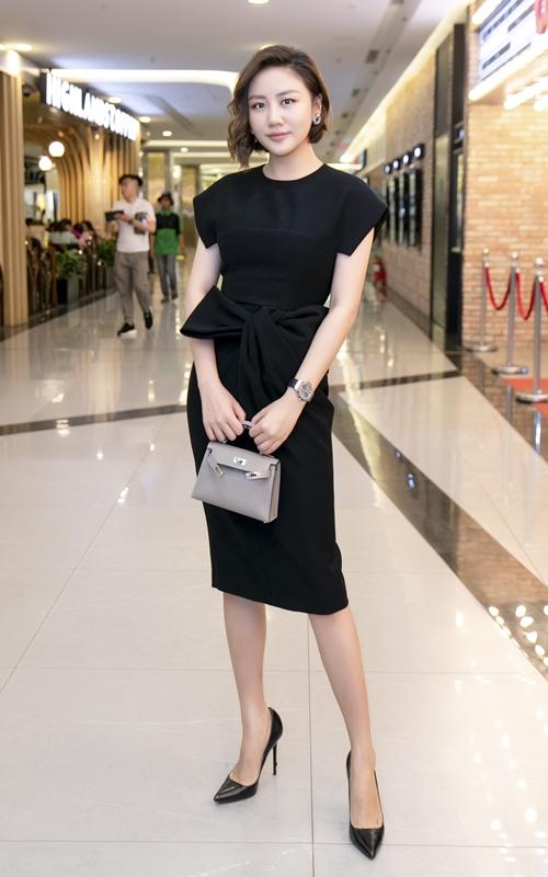 Nữ ca sĩ xuất hiện xinh đẹp với chiếc váy xẻ tà, khoe vai trần trong buổi công chiếu phim tại TP HCM ngày 24/3.
