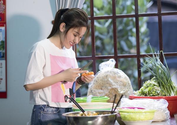 Đáp lại, ngọc nữ bolero không ngần ngại vào bếp trổ tài nấu mì Quảng để thiết đãi. Đây vốn là món sở trường của nữa ca sĩ.