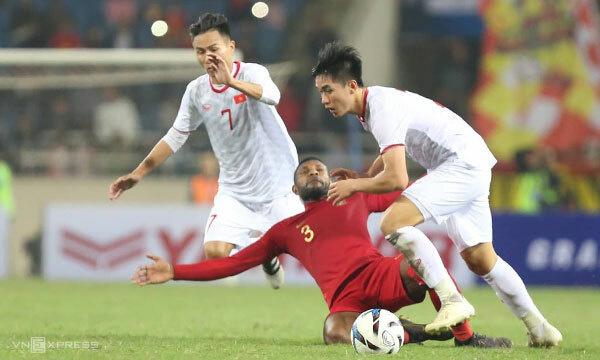 Wanewar Marinus chơi bóng nguy hiểm và bị phạt thẻ vàng trong trận đấu tối 24/3. Ảnh: Xuân Bình.