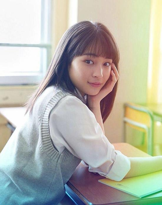 Suzu là nữ thần trong trái tim phái nam Nhật nhờ vẻ đẹp vừa thơ ngây, vừa cá tính. Nữ diễn viên sinh năm 1998 thường xuyên tham gia các bộ phim chuyển thể từ truyện tranh đề tài học đường.