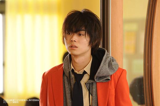 Trong bộ phim Tonari No Kaibutsu-kun, Suda khiến trái tim fan nữ thổn thức với hình ảnh bất cần trong bộ đồng phục đỏ kết hợp áo hoodie phá cách.