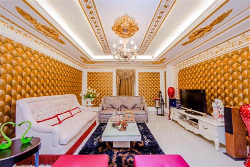 Biệt thự có nhiều phòng tiện ích, phục vụ cho những mục đích giải trí khác nhau như tiệc trà, bàn công việc, giải trí...