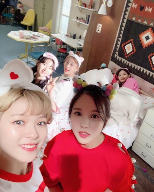 Nhóm Twice làm tiệc ngủ nhí nhố với loạt phụ kiện đáng yêu.