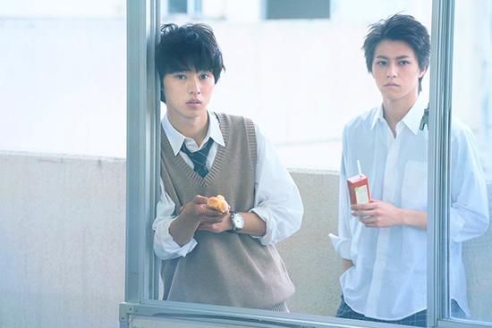 Kento (áo len xám) đang khẳng định bản thân qua những nhân vật sâu sắc hơn. Trong trái tim fan nữ, nam diễn viên vẫn luôn là chàng hoàng tử của các bộ phim thanh xuân.