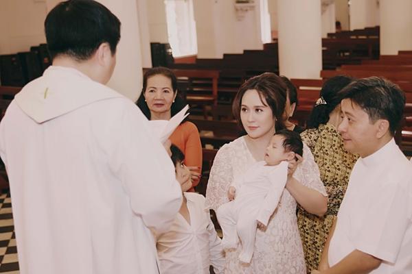 Thanh Thúy sinh cu Tết - con trai thứ hai được gần một tháng rưỡi. Mới đây, cô đưa bé đến một nhà thờ tại trung tâm TP HCM để làm lễ rửa tội. Chồng cô - đạo diễn Đức Thịnh - bận ghi hình ở đảo Phú Quý cho dự án điện ảnh mới nên không có mặt.