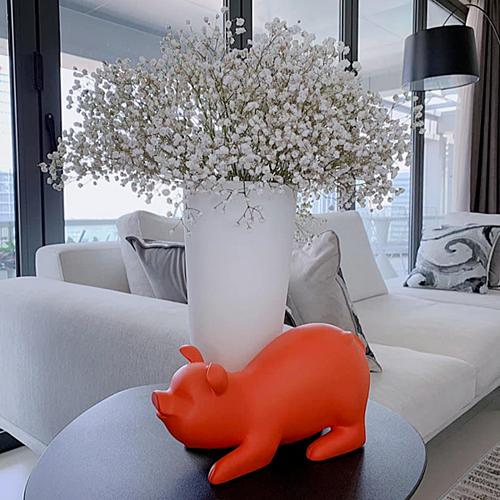 Thu Thảo giúp căn nhà có thêm sức sống khi trang trí hoa, tượng con giáp.