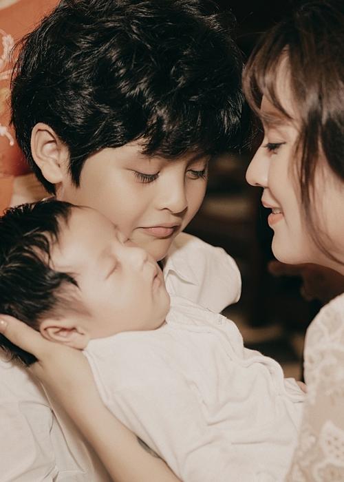 Cà Phê - con trai lớn của Thanh Thúy giúp mẹ chăm sóc em. Cậu bé năm nay tròn 10 tuổi.