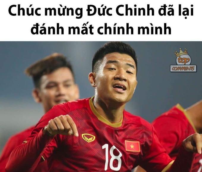 """<p> 20h ngày 26/3 <a href=""""https://ione.vnexpress.net/tin-tuc/nhip-song/hong/dinh-trong-ra-san-chinh-thuc-khi-gap-thai-lan-sau-2-lan-du-bi-3900357.html"""">bóng lăn</a> trên SVĐ Mỹ Đình trong lượt trận cuối tại bảng K, vòng loại U23 châu Á 2020 giữa U23 Việt Nam và U23 Thái Lan. Ở phút thứ 16, Đức Chinhsút chéo góc sau đường chọc khe của Văn Hậu, mở tỷ số, đưa tuyển Việt Nam vượt lên dẫn trước. Lập tức, anh chàng trở thành đề tài của các thánh chế ảnh trên khắp các trang mạng xã hội.</p> <p> Đức Chinh từng chịu nhiều áp lực và bị nghi ngờ trước khi vào giải. Sự tỏa sáng đúng thời điểm này vào lưới Thái Lan khiến chân sút như lấy lại phong độ vốn có.</p>"""