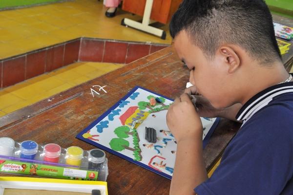 Bức tranh về môn bóng đá được cậu bé khiếm thị này tạo nên với niềm ước mơ được chơi bóng như bao đứa trẻ khác.
