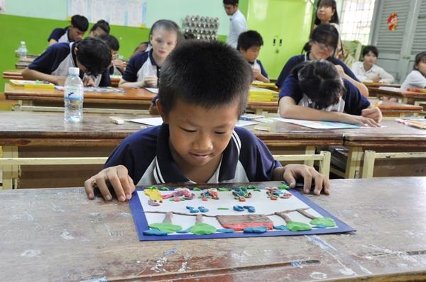 Một thí sinh thể hiện tình yêu với thầy cô giáo qua bức tranh chào mừng 20/11.