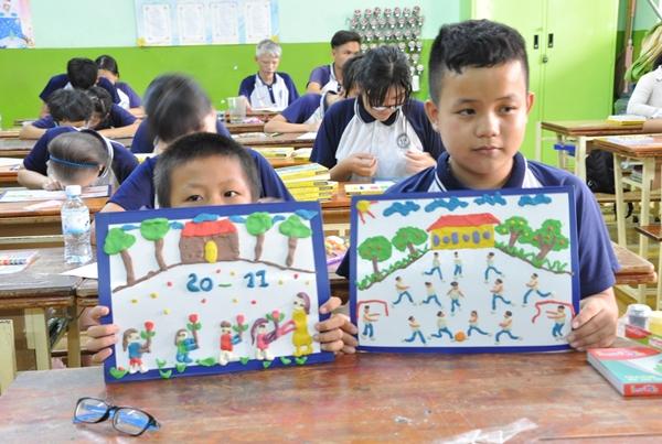 Các em học sinh khoe sản phẩm saukhi hoàn thành.