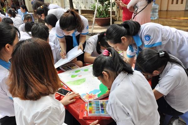 Tinh thần team work của các bé trường Hi Vọng được phát triển tối đa khi vẽ chung một bức tranh.
