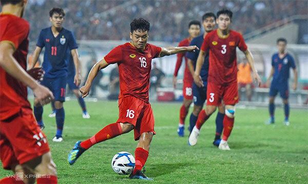 Pha sút bóng nâng tỷ số 3-0 của Thành Chung.Ảnh:Giang Huy.