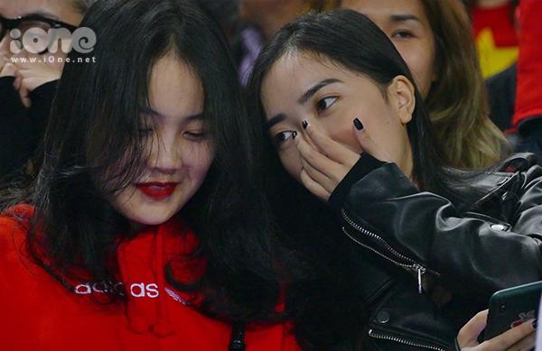 Bạn gái hot girl của Văn Hậu, Đức Chinh cổ vũ U23 Việt Nam
